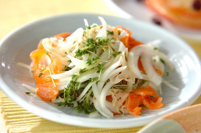 旬のれんこんをマリネ感覚でたっぷりといただける温サラダ。サーモンなど魚介を合わせるのも贅沢ですね。彩りも美しく、おもてなしのディナーテーブルにも似合いそうです。