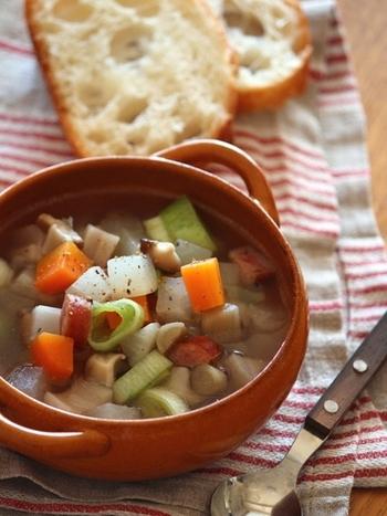 パンにもご飯にも合う万能スープ。昆布と根菜のうまみをコンソメで仕上げるあっさりスープは、いくらでも食べられます。