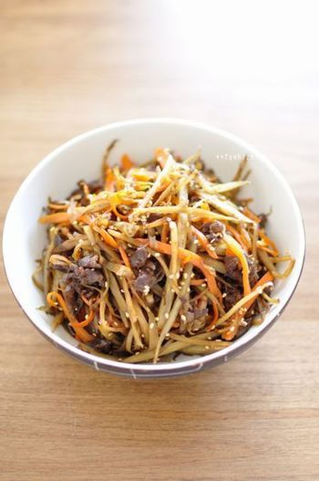 お弁当のおかずの定番です。ごぼうを細く切る、といったポイントを押さえて美味しいきんぴらを作りましょう!