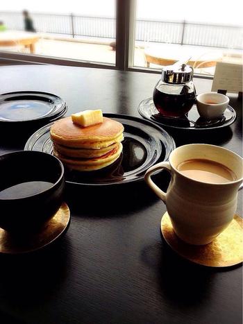 自社焙煎の美味しいコーヒーやスイーツのほか、広島らしいメニューで構成された一汁四菜のランチメニューなども充実しています。