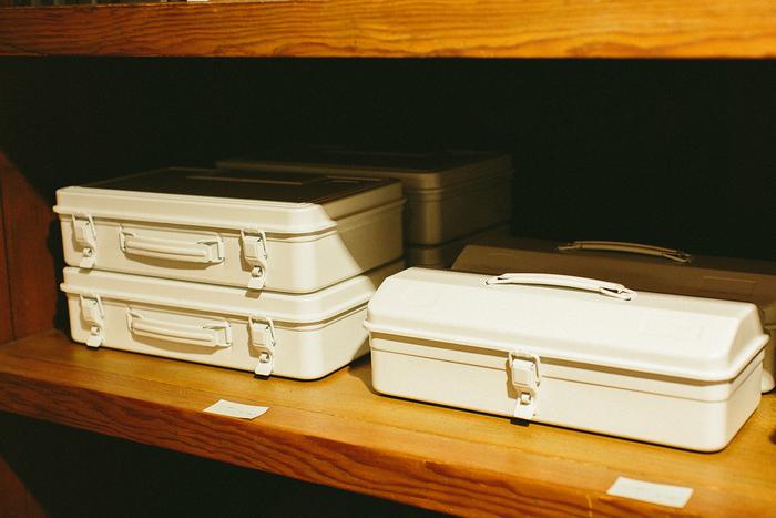 東大阪で何十年も作り続けられているスチールの工具箱。仕様は変えずに、カラーのみホワイトに変更して販売されています