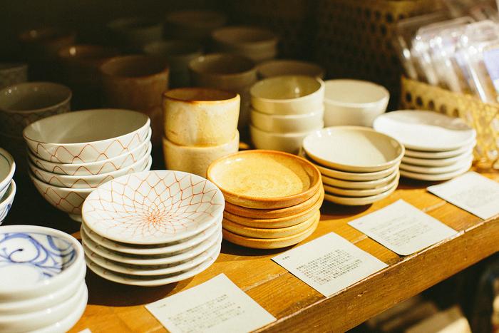 小鹿田焼、萩焼、砥部焼など、日本各地の伝統的な焼き物を集めた「日本の10窯」の器たち。日本ならではの美意識が感じられます