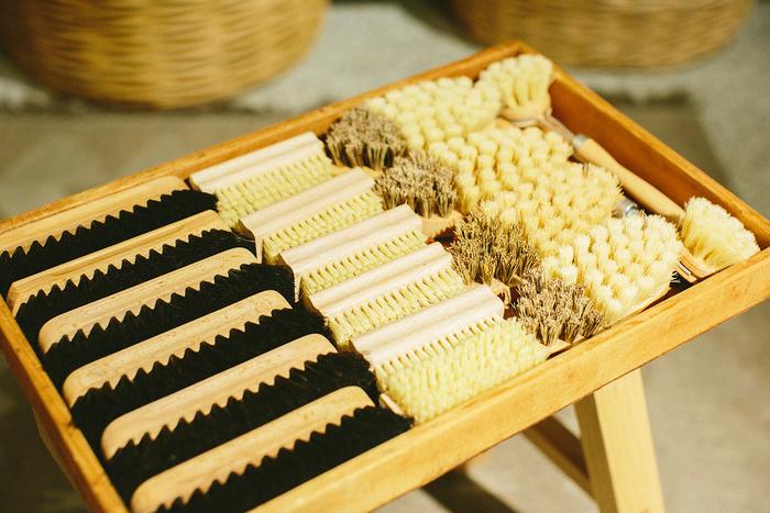 ドイツの福祉作業所でハンディキャップのある職人さんたちによって作られている木製ブラシ。Found MUJIでは、商品を通しての社会貢献にも意欲的に取り組んでいます