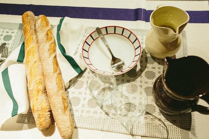 テーブルクロスやお皿、グラスなどのほか、パンや香辛料などの食材も展示。食卓の雰囲気がよく伝わってきます
