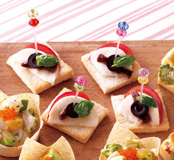 トマトとモッツァレラチーズのサラダ「カプレーゼ」をピンチョスにアレンジ。ベースにはサンドイッチ用の食パンを使います。