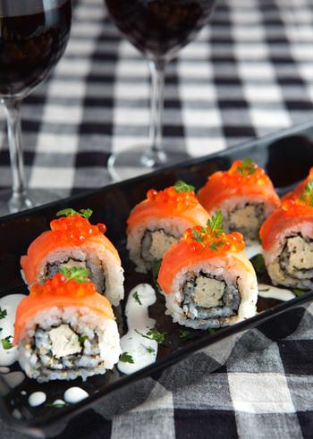 サーモンといくらを使った、豪華でおしゃれなロール寿司。パーティーテーブルを賑やかに彩ります。