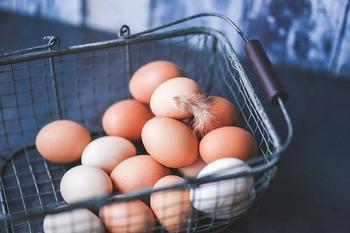 料理で卵白が余ったからといって捨ててしまうのは絶対に損です。「だって使い道がないし・・・。」いえいえ、実はたくさんあるのです。