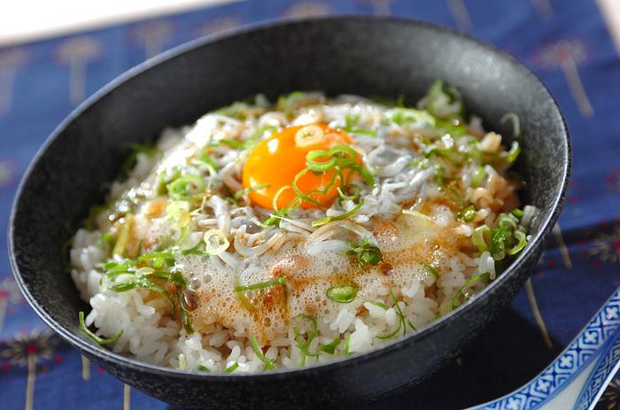 卵黄と卵白を分けるのがポイントの、しらす納豆ご飯。お手軽なのに濃厚フワフワ美味しそうです◎