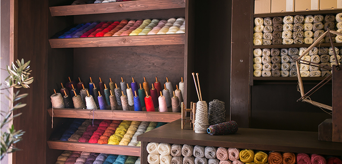 「イトコバコ」の名の通り、店内には鮮やかな手芸糸や毛糸が溢れています。色とりどりのリボンやボタンは手芸好きでなくても心が躍りますね。