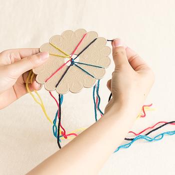 キットには「組みひもカード」が同封されていて、初心者でも簡単に組みひもを編むことができます。