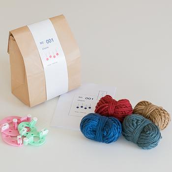キットの中には毛糸と、簡単にポンポンを作るための型が入っています。必要なものが用意されているのがうれしいですね。