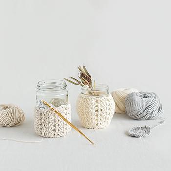ペットボトルを可愛く変身させてしまう鍵編みのキット。高さを変えて編めば瓶の装飾にも使えます。オーガニックコットンの優しい風合いが魅力です。