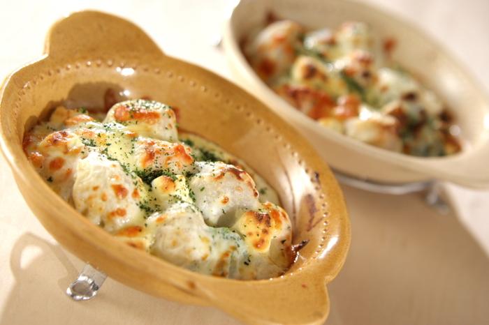 甘塩鮭と里芋でボリューム満点のグラタンに。里芋のねっとり感は、クリーミー仕立ての洋風料理によく合います。一気に里芋が主役になるメニューです。