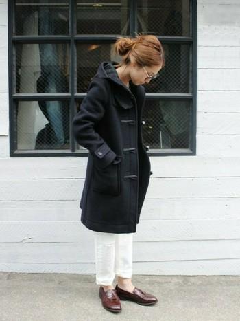 定番の黒のロングコートです。ロールアップした白のパンツから出た足首が軽やかな印象。オペラシューズでちょっぴりマニッシュ、かつお行儀良く。