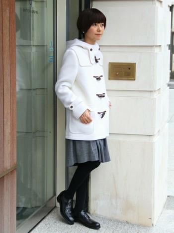 ホワイトのダッフルコートは新鮮ですね。暗くなりがちな秋冬コーデも違う印象に。