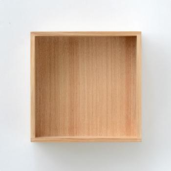 実はこの重箱は、お洒落な雑貨を集める通販サイト「hushykke(ハシュッケ)」別注の品。通常は内側が朱色なのですが、ハシュケ別注の重箱用は内側まで天然木の表情が楽しめる様に作られています。