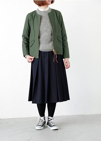 コンパクトなノーカラージャケットは、フレアスカートと合わせて上品に着こなせます。繊細なディティールのゴールドやパールのアクセサリーと合わせるとトレンド感がぐっと増します。