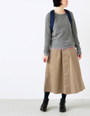 こちらも定番のロングスカート。程よい厚みと柔らかさのヘリンボーン生地を使用しています。フロントに比翼仕立てのそうボタン仕様で、ベーシックなデザインにミリタリーなテイストをプラスした使いまわししやすいスカート。オールシーズン着用できるでざいんです。
