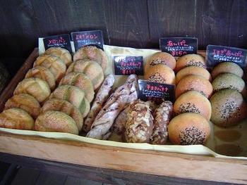 店主が独学で作った自慢のレンガ窯で焼いたパンたち。材料も「無添加・オーガニック」ととってもこだわっています。パンの酵母は、オーガニックレーズンから発酵させた自家製天然酵母だそうです。季節の果実などで酵母を作ることも。