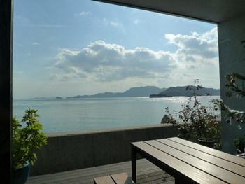 う~ん、天気の良い日の眺めは抜群。穏やかな波の音に心がほぐれます。