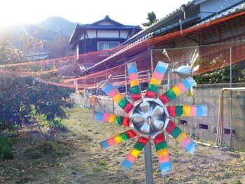 お店に向かう途中にカタカタカタと回る手作り風車。おばぁちゃんの家に遊びにきたような気分に。