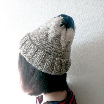 こちらも3種類の毛糸を使って編まれたもの。つくしをイメージしたという細身のシルエットに爽やかな配色が効いています。