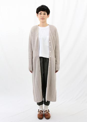 柔らかい風合いで、羽織るだけで大人っぽくなるニットコート。前を開けると縦長のラインが強調されてスタイルが良く見えます。