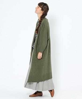ロング丈のガウンコートは、スカートにもパンツにも合わせやすいアイテムです。ロングスカートと合わせても絶妙なバランスになります。