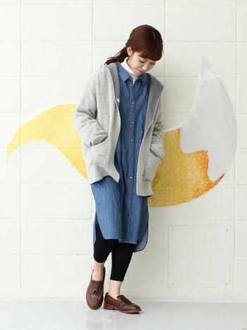短め丈で、パーカーのようにさらっと羽織れるニットコート。デニムシャツと合わせてカジュアルに。