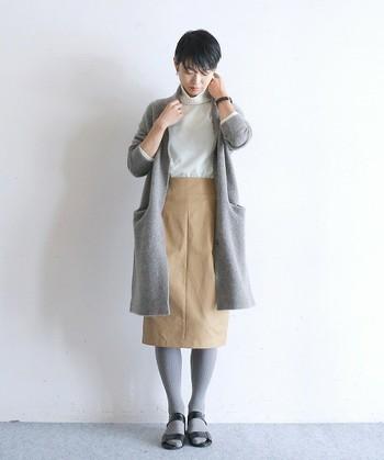 目の細かいニットコートは、大人っぽい雰囲気になります。コートとタイツの色を合わせるとバランスが良くなります。全体をシンプルにまとめましょう。