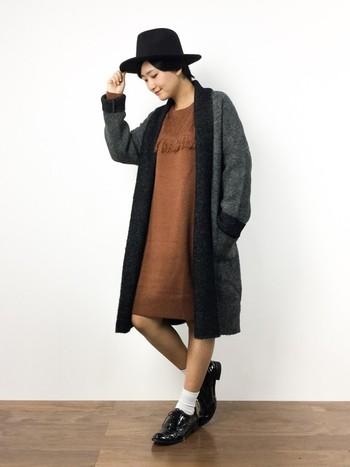 大人っぽい印象のダークカラーのニットコート。小物を黒でまとめて、ワンピースを主役にしたコーディネートです。