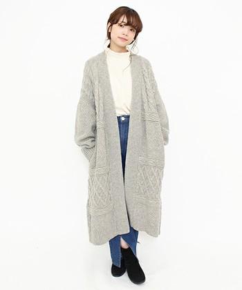 ざっくりとした編み模様がおしゃれなニットガウン。オーバーサイズのニットガウンを羽織ると、華奢に見せられる効果もあります。他のアイテムはシンプルにまとめましょう。