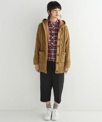 裏地がボアになった暖かいニットコートは、短め丈なので可愛らしい印象になります。チェックのシャツと合わせてカジュアルに着こなしましょう。