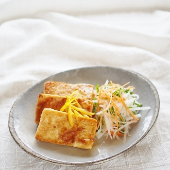 お豆腐を使えばカロリーオフしながらも照り焼きで食欲も満たされます。 ダイエット中にもうれしいレシピですね。