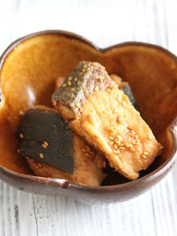魚の照り焼きといえばブリ。 たれを煮詰めすぎないようにフライパンをゆすりながら様子を見るのがポイント。