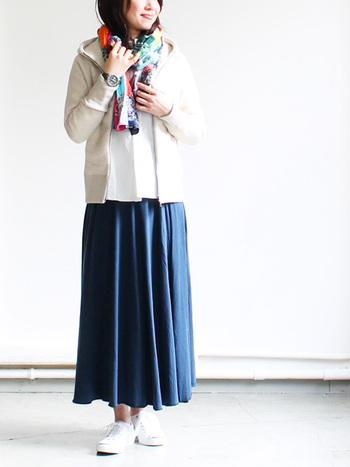 シンプルな定番ネイビースカートは、パーカーと合わせたカジュアルスタイルがオススメ。秋冬コーデならストールを差し色に使うのがこなれた着こなしへの近道です。