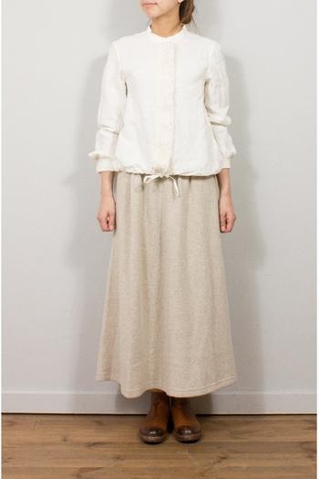 アイボリー系で統一したコーデはナチュラルが風合いが出しやすいオススメのカラーです。ぼんやりとしがちな淡色も、ロングスカートならすっきり見せてくれますね。