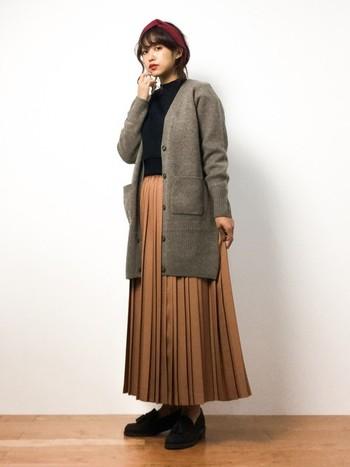 レトロトラッドがトレンドの今年は、ロングのプリーツスカートも人気です。シンプルにカーディガンと合わせるだけでも、トレンド感たっぷりの旬な印象になりますよね。