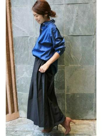 春夏から使っていたデニムシャツも、秋冬コーデでブラックスカートと組み合わせれば落ち着いた印象でとっても素敵ですよ。今年はワイドシルエットが人気なので、ゆったりとスカートにインしてナチュラルに着こなすのがオススメですよ。