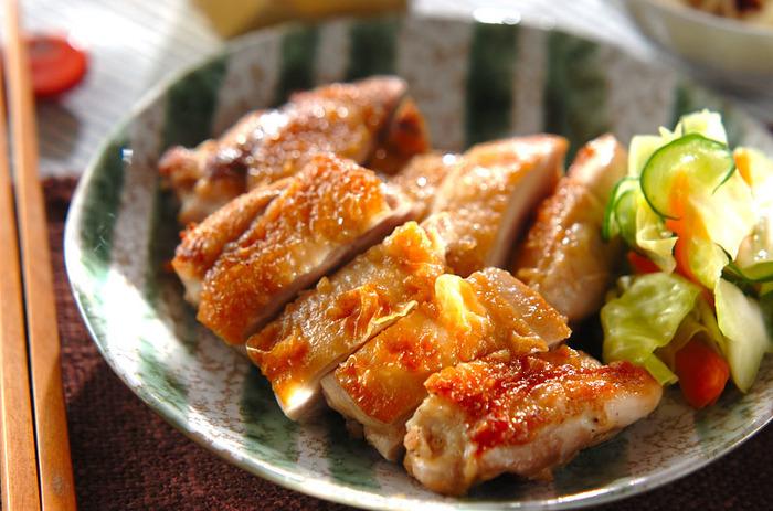 鶏肉はパリッと皮目を焼いてから、たれでおいしく照りを出しながら煮詰めていきましょう。