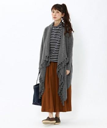 ロングスカートはラフなスタイルにもマッチしてくれます。大人っぽい足元を作ってくれるスリッポンとフリンジカーディガンの組み合わせはこなれた雰囲気に見せてくれますよ。