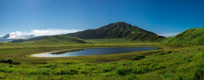 阿蘇に広がる、池が特徴的な大草原。雄大な風景は眺めているだけで心癒されます。
