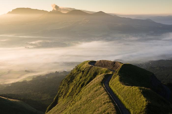 阿蘇にある、通称「ラピュタの道」。雲海を望むことができる光景は、まさに天空の城から眺めているかのような壮大さです。