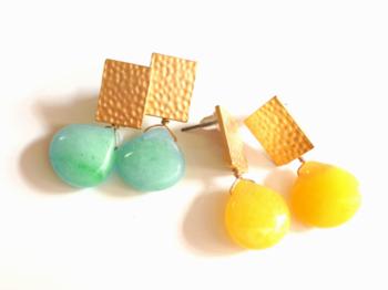 まるでキャンディみたいな、おいしそうな色あいの天然石がポイント。ゴールドのパーツと組み合わせると、どことなくレトロな雰囲気も漂います。