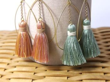 小さなタッセルがゆらゆら揺れる、やさしい雰囲気のピアス。糸の色合いが独特でおしゃれですね。