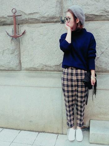くっきりカラーのチェックパンツは、かジュアルなタートルネックとベレー帽を合わせて今風に◎