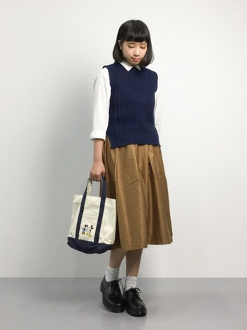 キャメルのスカートに白とネイビーがよく合います。優等生ファッションで、おしゃれで知的に♪ トートバッグもネイビーで揃えてちょっぴりカジュアル感を出すのもいいですね。