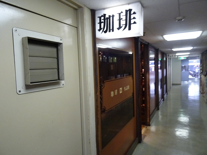 宮益坂を上がりきった左手のビルの一階にある、創業44年の老舗喫茶。本格珈琲を味わえます。路面店ではないので、ひっそりとしていて隠れ家の様な喫茶店です。  モーニング:8時~ 定休日:日・祝日
