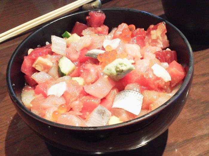 ランチのおすすめはバラちらしや海鮮丼。ゆっくり楽しみたい人はコース料理もおすすめです。