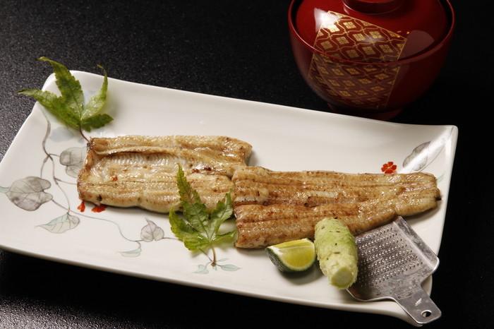 鰻本来の味が楽しめる白焼き。ふわっと焼かれた白焼きはすだちとわさびでさっぱりいただきましょう。